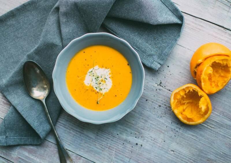 veganes rezept fruchtige karotten ingwer suppe von oben fotografiert
