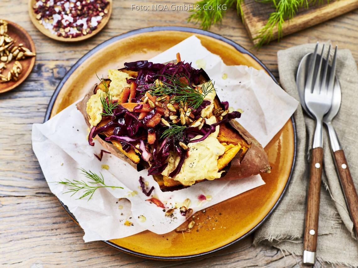 Veganes Rezept: Gebackene Süßkartoffeln mit Hummus