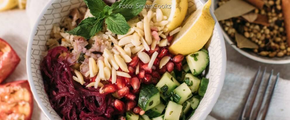 Veganes Rezept: Gebratener Gemüse-Reis mit Mandeln und Granatapfelsoße 1