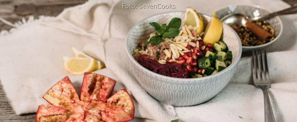 Veganes Rezept: Gebratener Gemüse-Reis mit Mandeln und Granatapfelsoße 2