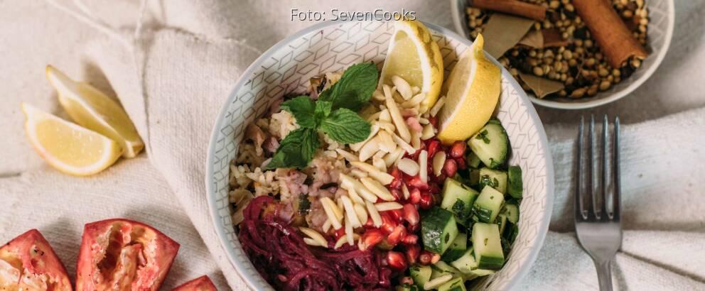 Veganes Rezept: Gebratener Gemüse-Reis mit Mandeln und Granatapfelsoße 3