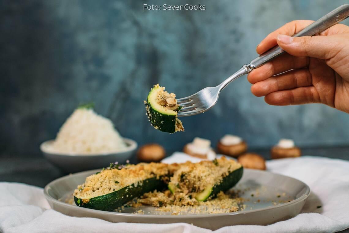 Veganes Rezept: Gefüllte Zucchini mit Semmelbröselkruste_1