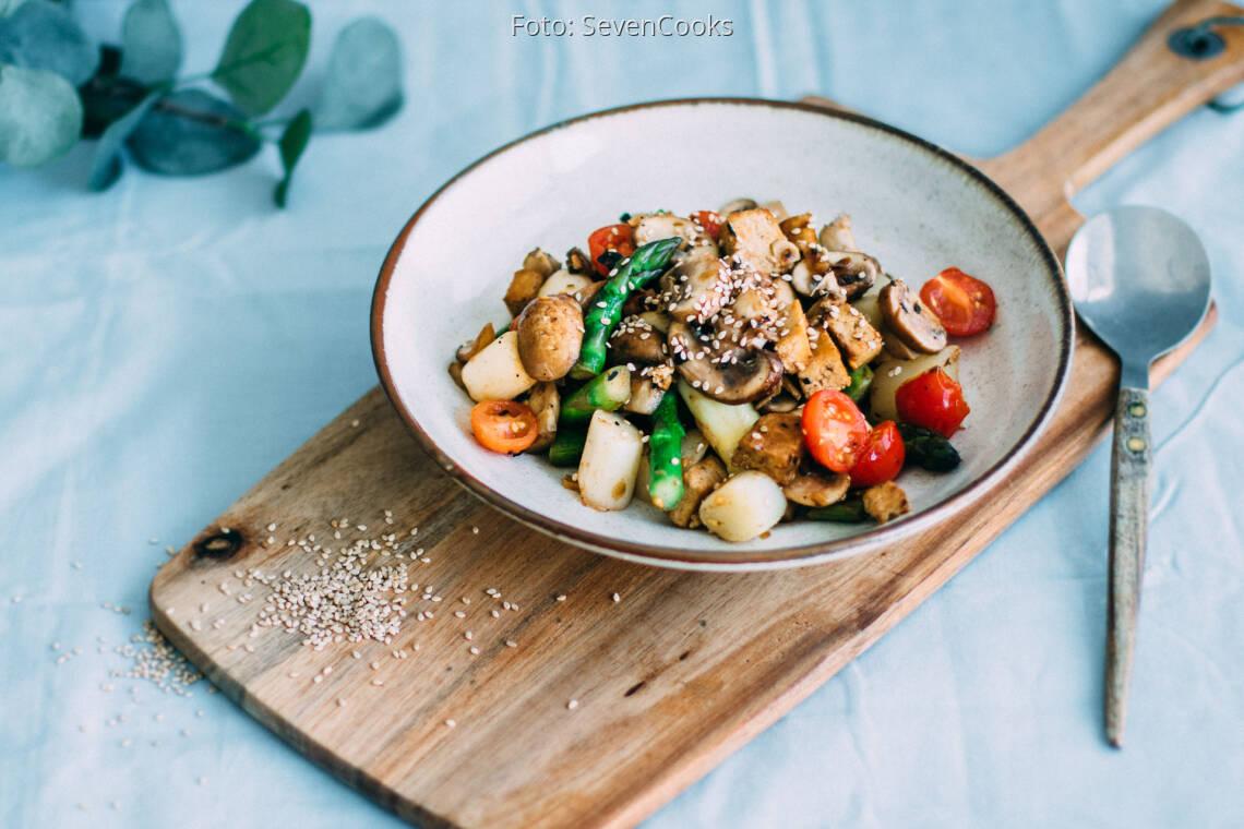 Veganes Rezept: Gemüsepfanne mit grünem und weißem Spargel