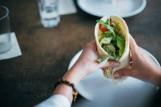 Gemüse-Wraps mit Guacamole und Hummus