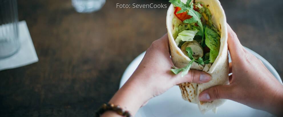Fertiges Rezept: Gemüse-Wraps mit Guacamole und Hummus_1