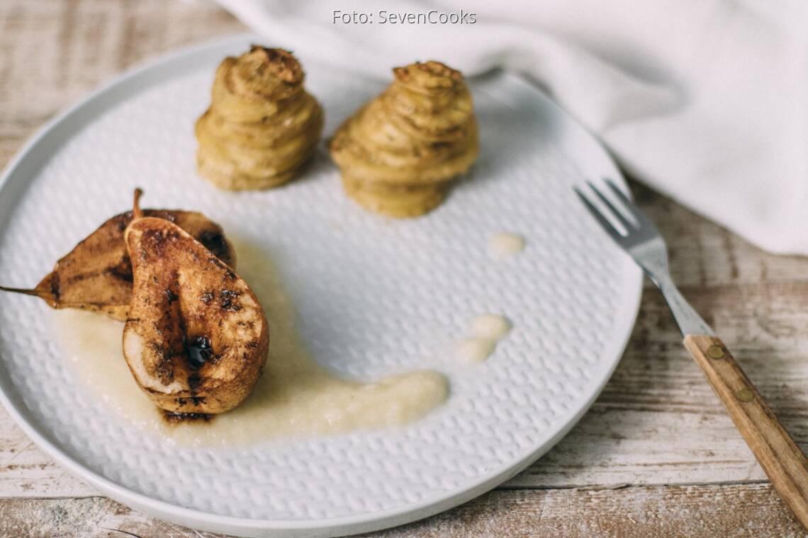 Veganes Rezept: Geschmorte Birnen auf weißem Schokopüree mit Kartoffelgratin-Türmchen