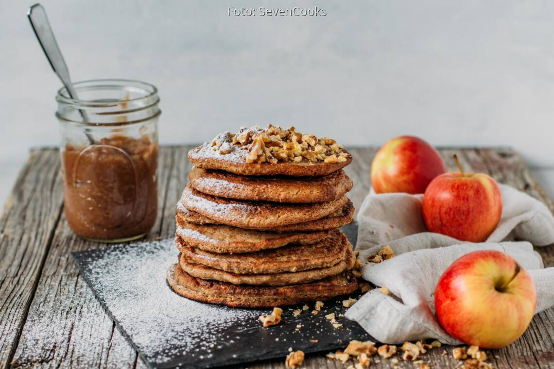 Veganes Rezept: Haferflocken Pancakes mit Apfelmus und gehackten Walnüssen 1