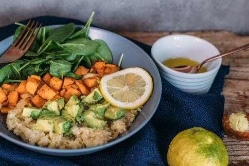 Veganes Rezept: Hirse-Bowl mit Spinat und Süßkartoffel