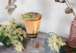 Veganes Rezept: Holunderblüten-Rhabarber-Spritz_1
