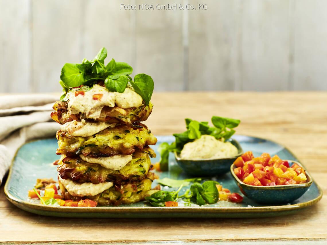 Veganes Rezept: Hummus-Zucchini-Puffer mit Paprikasalsa von NOA