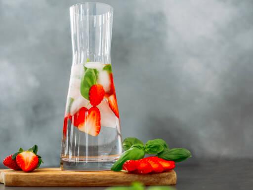 Veganes Rezept: Infused Water Erdbeere-Basilikum 1