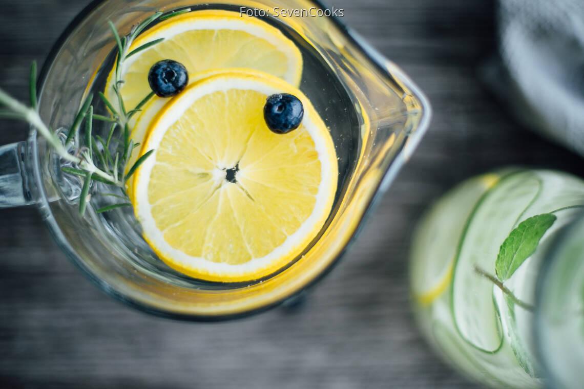 Veganes Rezept: Infused Water: Rosmarin-Zitrone-Heidelbeere