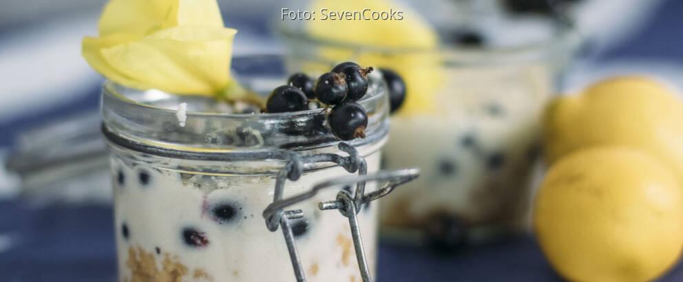 Veganes Rezept: Johannisbeer-Schichtdessert mit weißer Schokolade