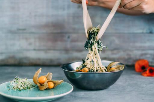 Kohlrabi-Spaghetti-Salat mit Algen und Physalis