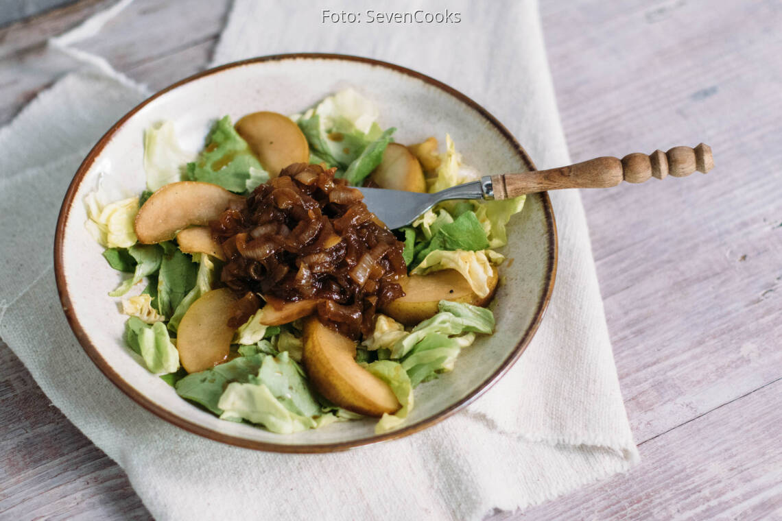 Veganes Rezept: Kopfsalat mit karamellisierten Birnen und Schmelzzwiebeln_1