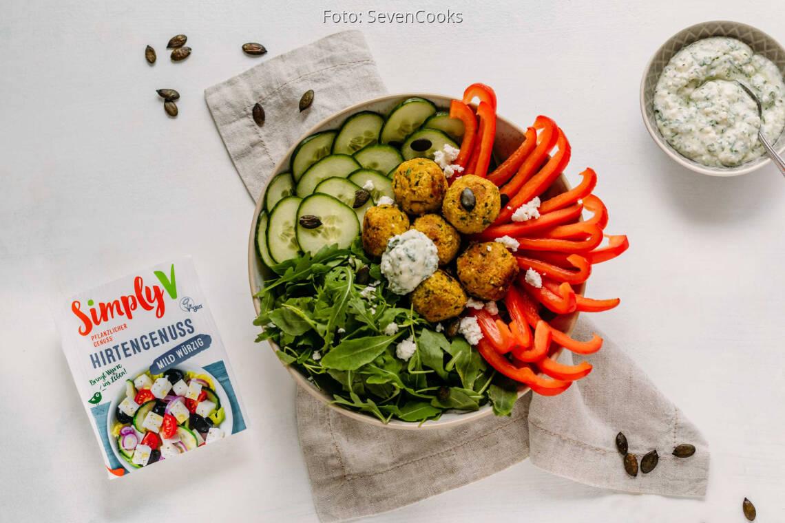 Veganes Rezept: Kurkuma-Quinoa-Falafel-Bowl mit veganem Feta-Dip von Simply V 1