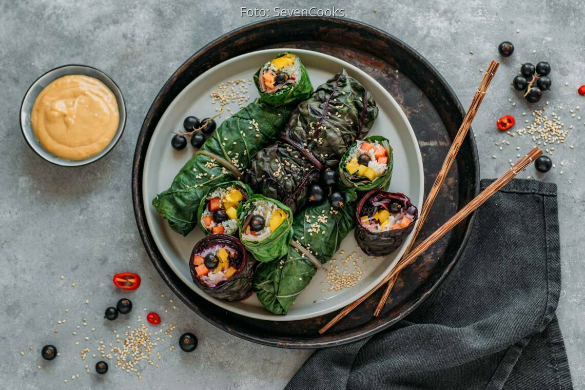 Veganes Rezept: Mangold-Röllchen mit Erdnuss-Dip 1
