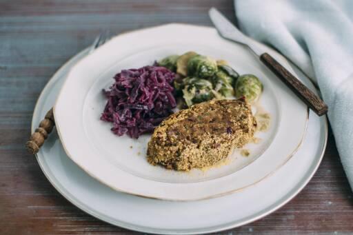 Maronenbraten mit Blaukraut und Rosenkohlsauce