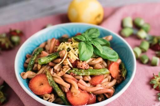 Veganes Rezept: Nudelsalat mit Erdbeeren, Spargel und Walnüssen_1
