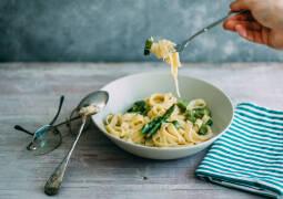 Veganes Rezept: One Pot Pasta mit grünem Spargel