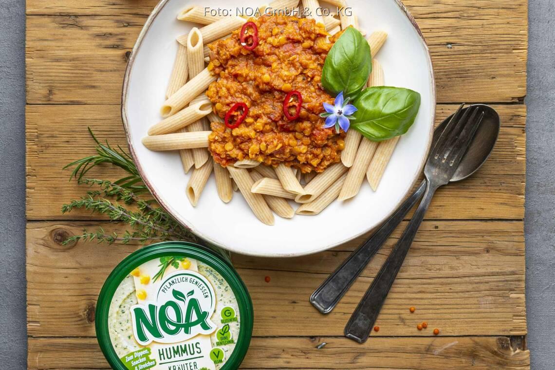 Veganes Rezept: Pasta mit Linsenbolognese und Hummus Kräuter von NOA