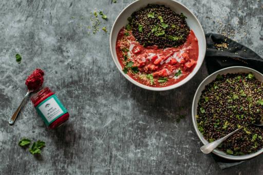 Veganes Rezept: Pinkes Curry mit Belugalinsen