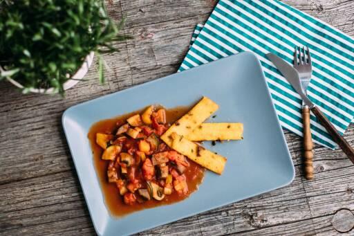 Veganes Rezept: Polentasticks mit mediterranem Gemüse