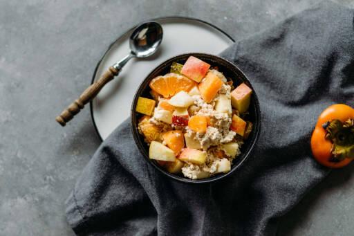 Powerfrühstück mit Obst, Kokosjoghurt und Haferflocken