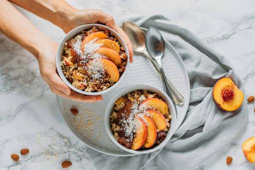 Quinoa-Porridge mit Pfirsich und Mandeln
