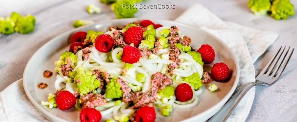 Veganes Rezept: Romanesco-Salat mit Kohlrabizoodles 1