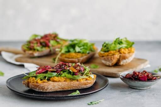 Sandwich mit Linsencreme und Balsamico-Zwiebeln