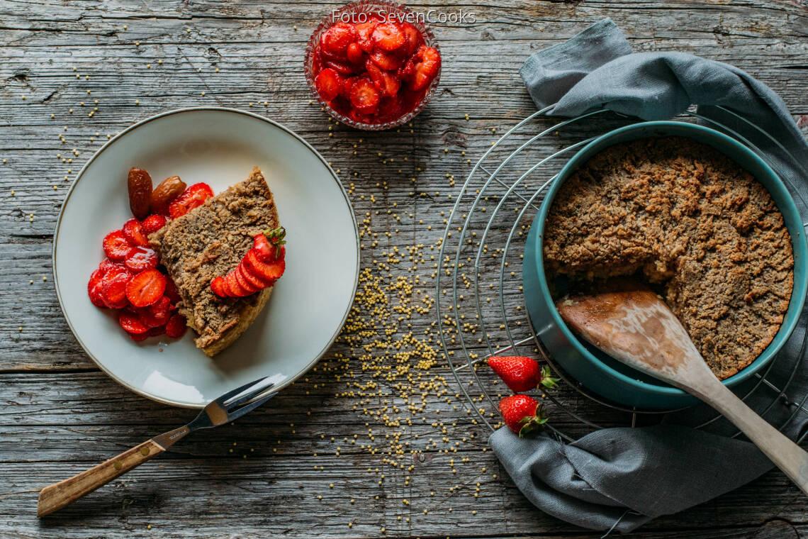 Veganes Rezept: Süßer Hirseauflauf mit Haselnusskruste und Erdbeerragout 1