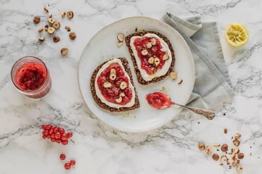 Süßes Frühstücksbrot mit Johannisbeer-Konfitüre