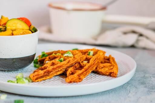 Süßkartoffel-Waffeln mit Ratatouille