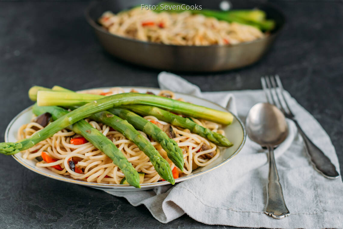 Veganes Rezept: Spaghetti mit Gemüsewürfel und grünem Spargel 3