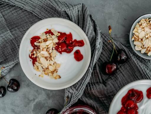 Veganes Rezept: Veganes Joghurt-Frühstück mit Mandeln und Sauerkirschen 1