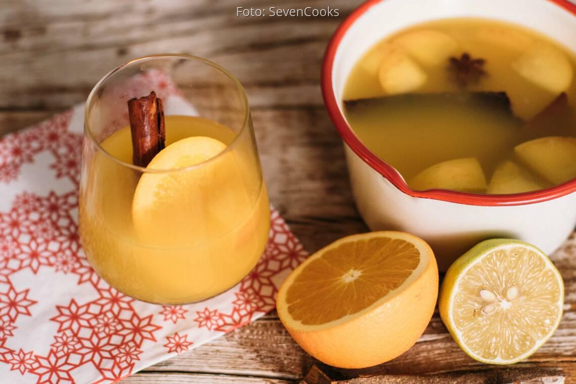 Veganes Rezept: Weißer Glühwein mit Orangensaft