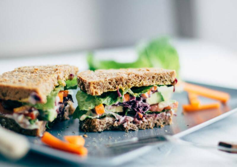 Sandwiches gehen immer. Dieses hier macht garantiert satt und unterstützt dich, dank Vollkornbrot, beim vegetarischen Abnehmen.