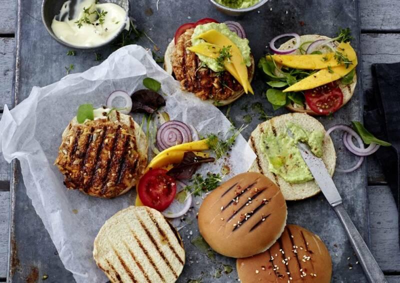 Soulfood darf auch mal sein. Bei unserem Ernährungsplan zum vegetarisch abnehmen sind auch pflanzliche Burger mal kein Problem.