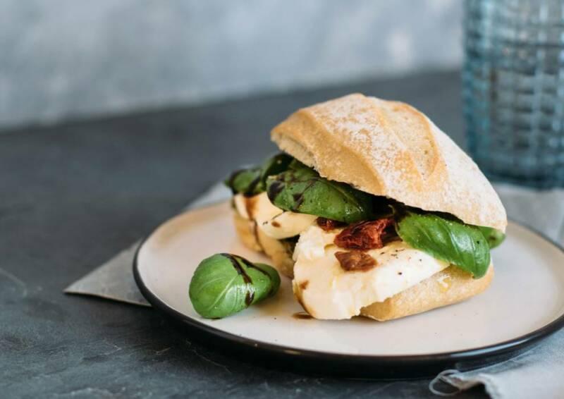Auch auf italienisches Flair bei dir in der Küche musst du beim vegetarisch abnehmen nicht verzichten. Das Italian Caprese Sandwich ist ein echter mediterraner Genuss.