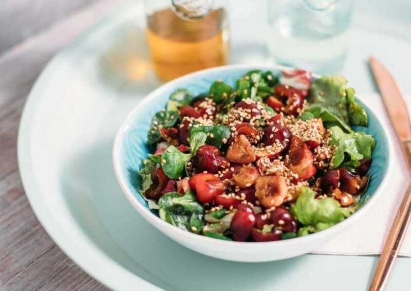 Frisch und fruchtig kommt dieser Kirsch-Sesam-Salat daher und bringt etwas Leichtigkeit in den vegetarischen Ernährungsplan.