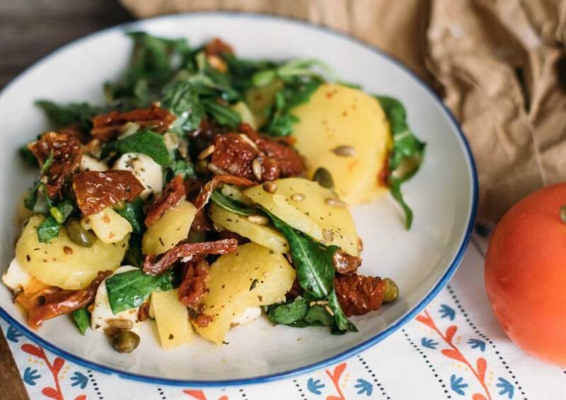Kartoffelsalat ist ein echter Allrounder. Dieser hier kommt mit mediterranem Aroma auf den Tisch, inklusive getrockneten Tomaten.