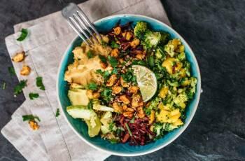 Zur vegetarischen Ernährung gehören leckere Gerichte, wie diese Rainbow Bowl.