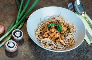 In diesem Artikel bekommst du von uns einen vegetarischen Ernährungsplan für zwei Wochen mit jeweils einem Frühstück, Mittag- und Abendessen. Außerdem haben wir noch leckere Vorschläge für gesunde Snacks für zwischendurch für dich.