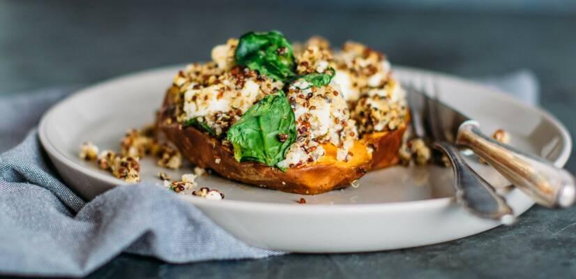 Vegetarisch durch die Woche mit Ofen-Süßkartoffel und gebackenem Camembert