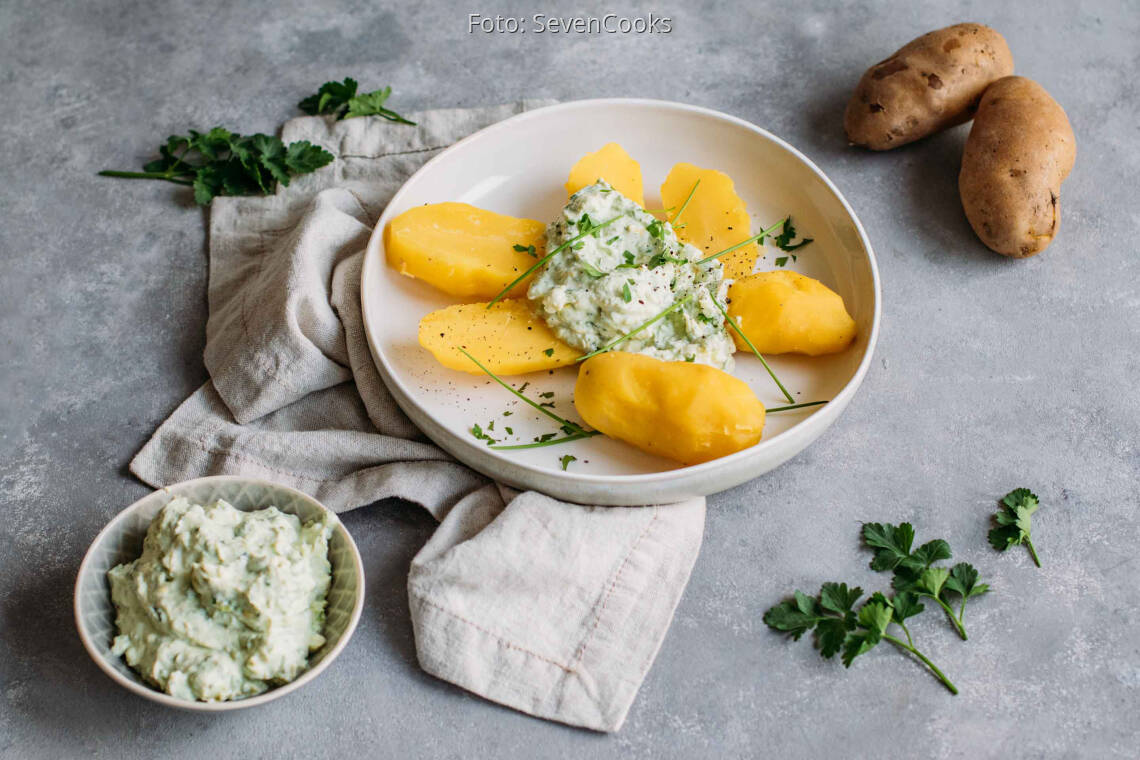 Vegetarisches Gericht: Pellkartoffeln mit Avocado-Kräuter-Quark 1