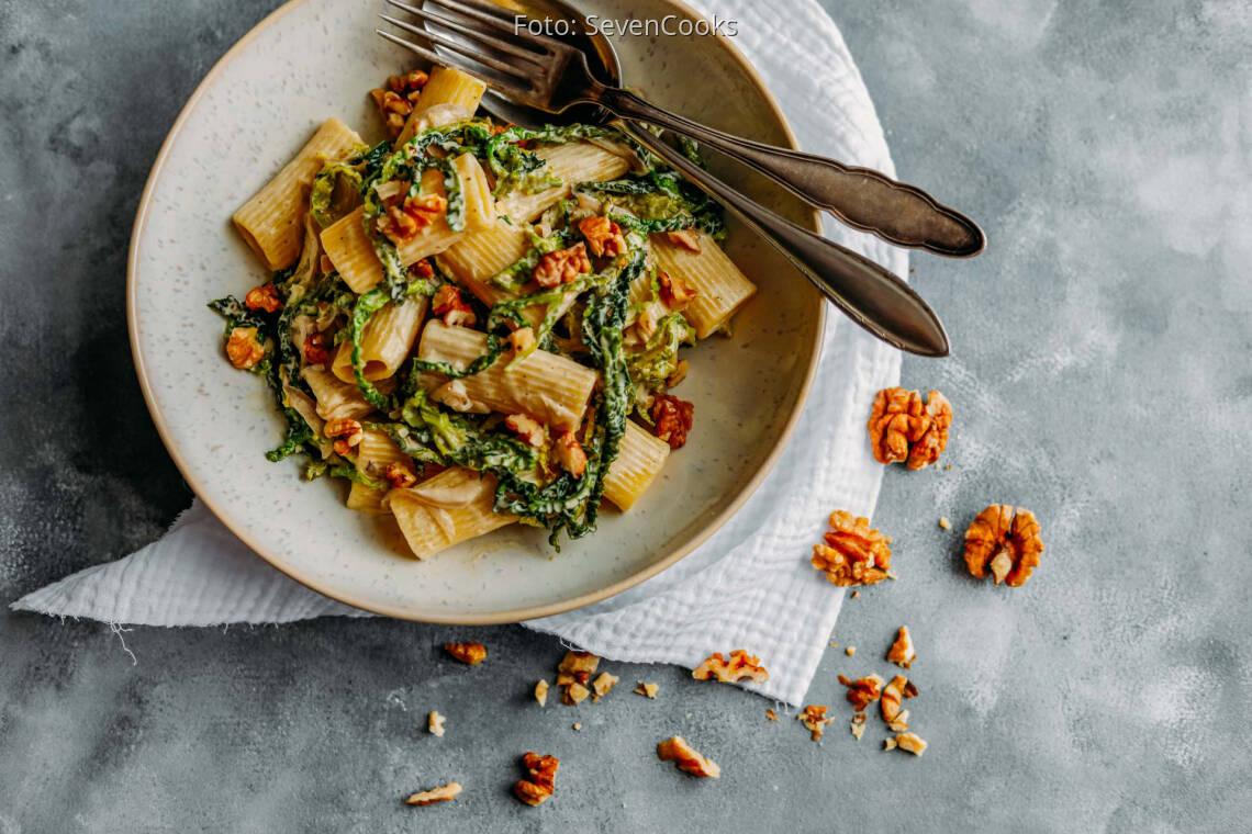 Vegetarisches Gericht: Walnuss-Wirsing-Pfanne mit Nudeln 1
