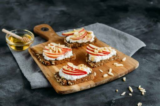 Vegetarisches Rezept: Apfel-Hüttenkäse-Brötchen mit Mandelsplitter