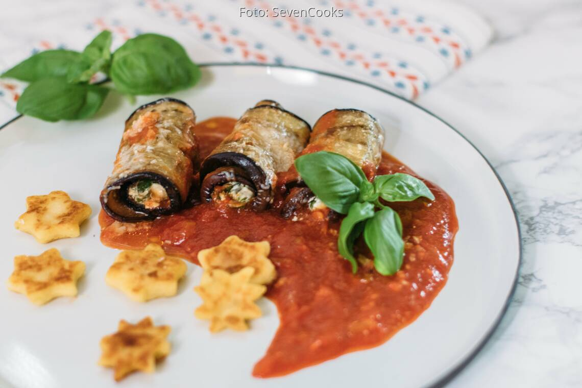 Vegetarisches Rezept: Aubergineninvoltini mit Spinat-Ricottafüllung und Gnocchi-Sternen 1