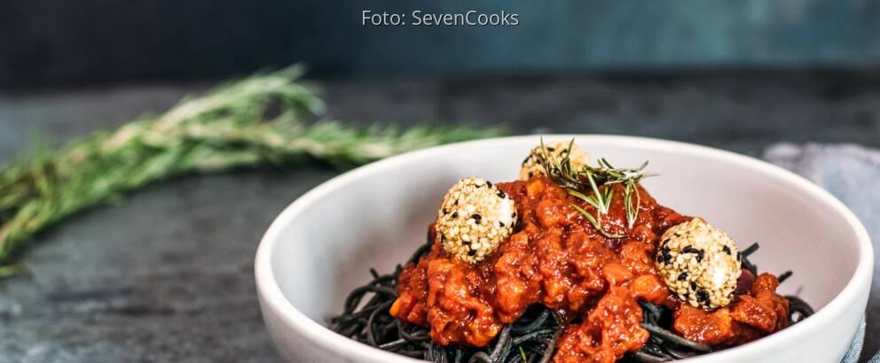 Vegetarisches Rezept: Black Bean Spaghetti mit Paprika-Pesto und panierten Mozzarellabällchen_2